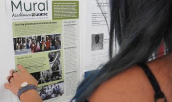 Informativo tem periodicidade mensal e está fixado em pontos de murais pelos centros. Foto: Isadora Vicente