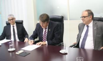 Secretário Deschamps (centro) e reitor Tomasi (à dir.) firmaram parceria de projeto - Foto: Edinéia Rauta