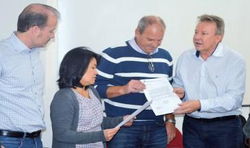 Deputado Celso Maldaner entregou ofício ao diretor Clóvis Gewehr - Foto: Dionathan Sousa