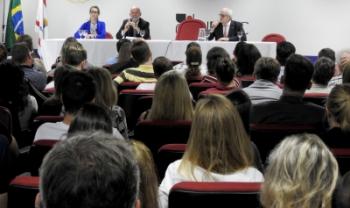 Carlo Krieger (centro) conversou com luxemburgueses que moram em SC - Foto: Lavínia Kaucz/Secom Udesc