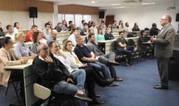 Reitor Marcus Tomasi faz apresentação a servidores da Reitoria, na sexta-feira, no Plenarinho, em Florianópolis