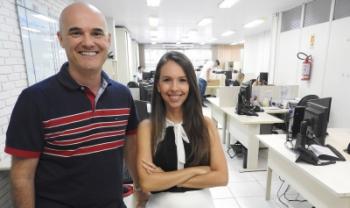 Técnicos Marcelo de Souza e Camila Luca,  do Setor de Gestão de Contratos (Segecon),  responsáveis pela negociação