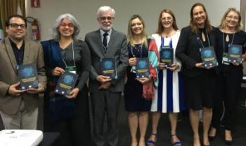 Pró-reitora de Ensino Soraia da Luz (ao centro) participou do lançamento do livro, que tem três artigos sobre iniciativas da Udesc