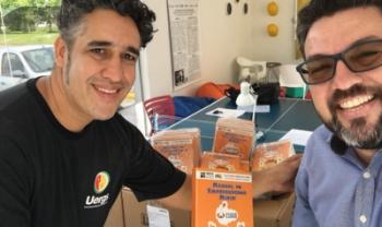 Eduardo Jara, do Esag Kids (Udesc) e Geraldo Campos, do iLab (Unisul), com o Manual do Empreendedor Mirim