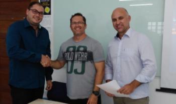 Pró-reitor de Planejamento da Udesc, Márcio Metzner, e diretor-geral do Ceavi, Carlos Barth, com o representante da Construrio
