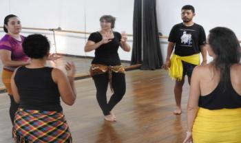 Oficina de Dança do Ventre em Libras, ministrada pela professora Natália Rigo