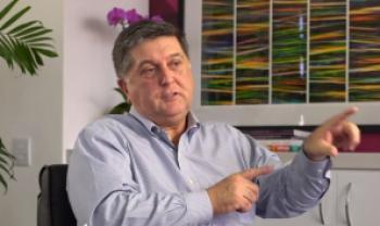 Topázio Neto, presidente da Flex e egresso da Udesc Esag, em cena do filme