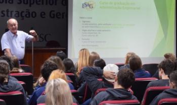 Chefe do Departamento de Administração Empresarial, Nério Amboni, falou sobre o curso