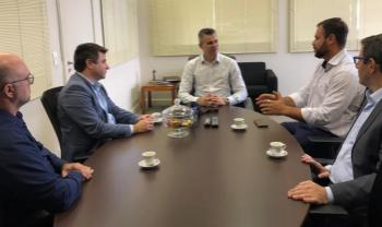 Vice-reitor Leandro Zvirtes (segundo da esq. para dir.) conversou com secretário da Casa Civil - Foto: Divulg.