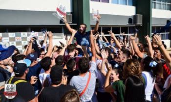 Integrantes da Atlética da Udesc Cefid levantam a taça de campeão geral da competição