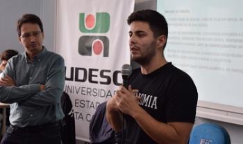 Professor Adriano Amarante e estudante Douglas Berto, do curso de Ciências Econômicas