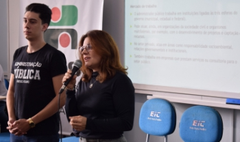 Professora Patrícia Vendramini e estudante Felipe Peres, do Curso de Administração Pública