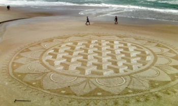 Mandala 3D criada por Reci Clayton na Praia da Joaquina, em 2015, é uma das obras da exposição