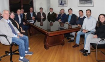 Professores Arnaldo Lima, Ivonet Ramos e Leonardo Secchi (sentados lado a lado, à esquerda) participam discutem projeto-piloto com a Secretaria da Administração