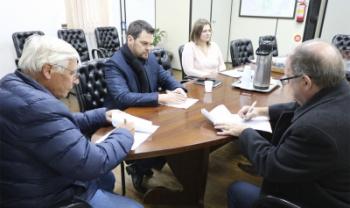 Reitor Tomasi (à dir.) e prefeito Bollmann assinaram convêniona segunda - Ascom Pref. São Bento do Sul