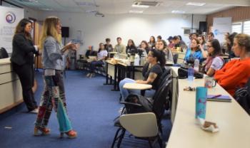 Professora Carolina Andion apresentou resultados em palestra na sexta