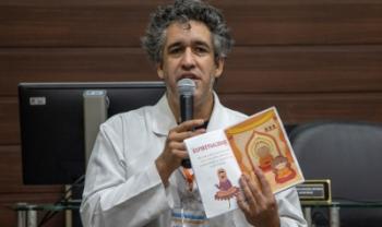 O professor Eduardo Jara com um dos livros de sua coleção. Aval da Lei Rouanet foi concedido para captação de recursos e impressão de três títulos