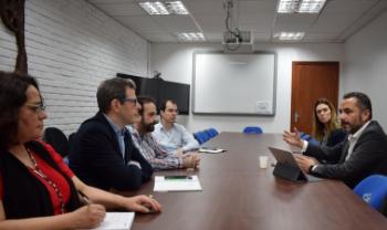 Secretário de Assuntos Internacionais de SC, Derian Campos (D), reunido com Udesc Esag e SCII