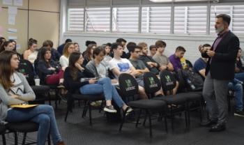 O empresário Sérgio Carreirão conversou com alunos de Administração Empresarial sobre os conceitos de indústria e varejo 4.0
