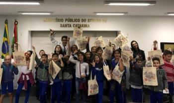 O Professor Eduardo Jara, coordenador do Esag Kids, levou um grupo de 60 crianças para visitar o Ministério Público, em Florianópolis