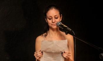 Atriz Samira Sinara em atuação na peça