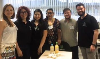 Sabão produzido na Udesc Ibirama foi apresentado no evento pelo professor Sergio Marian (de bege) e equipe