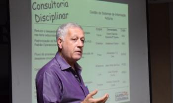 Professor Arnaldo Lima, chefe do Departamento de Administração Pública