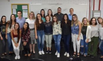 Turma de estudantes e gestores das secretarias, com a professora Sulivan Fischer (de branco, ao centro)