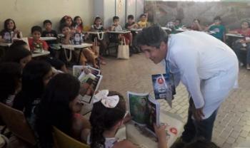 Professor Eduardo Jara com as crianças do Colégio da Aplicação da UFDPar