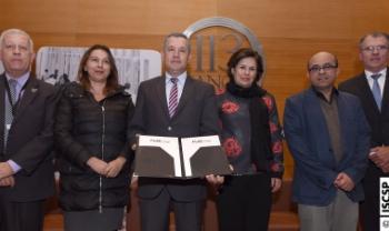 Representantes das universidades do Flag com o memorando assinado, em Lisboa: à esquerda, professor Arnaldo Lima, da Udesc Esag