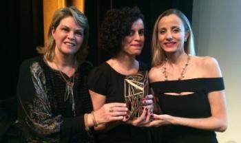 Foto: Entre as representantes da Bienal de Curitiba, na noite de entrega do Prêmio ABCA, da esquerda para a direita: Sandra Makowiecky, Juliana Crispe e Francine Goudel. Foto: Divulgação