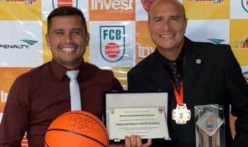 Professor Paulão (à dir.) completará 50 anos dedicados ao basquete em 2020