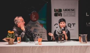 Priscila da Costa, à direita, e o professor José Ronaldo Faleiro, durante o evento