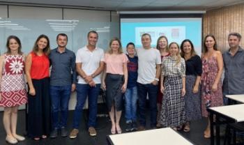 Juliana Cardoso (de rosa, ao centro) com professores da Udesc Esag e servidores do TCE