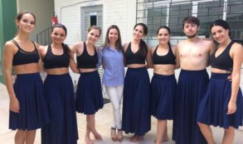 Adriana (de azul e branco) com alunos do Grupo de Dança