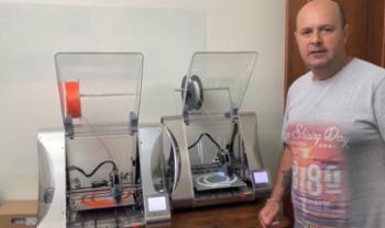 Prof. Walter, da Udesc Ceart, com as impressoras 3D
