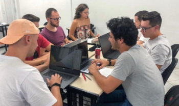 Equipe do projeto,em reunião em sala de aula no início do ano, antes da pandemia - Foto: divulgação.