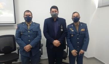Reitor, Dilmar Baretta, entre o comandante-geral e o comandante de Chapecó - Foto: CBMSC/Divulgação