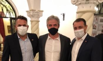 Vice-reitor, Luiz Coelho, ao centro, com o secretário da Educação e o governador de SC.