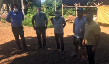 Visita a uma propriedade-modelo de produção de leite no interior de Pinhalzinho