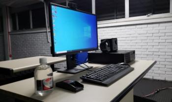 Salas estão equipadas com computadores e  webcams