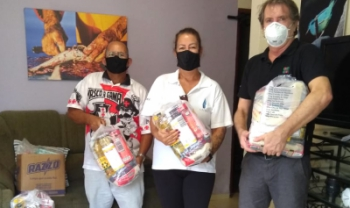 Nova etapa da campanha levou cestas básicas para famílias na última sexta - Fotos: Divulgação