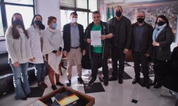 Diretores da Udesc Oeste entregaram termo de doação para prefeito