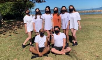 Equipe com a professora Adriana (de blusa laranja) no dia da gravação - Foto: Divulgação
