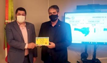 Reitor da Udesc, Dilmar Baretta, entregou exemplar ao secretário de Estado da Saúde, André Motta Ribeiro